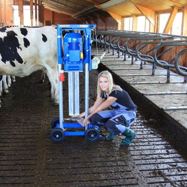 Girl using the RECK: TORRO Slatted Floor Mixer.