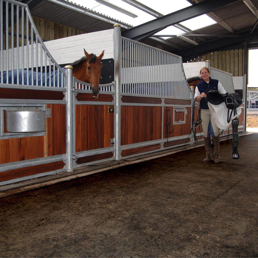 BELMONDO Walkway in stable