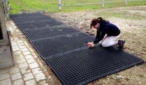 BELMONDO Flix outdoor horse mat installation.